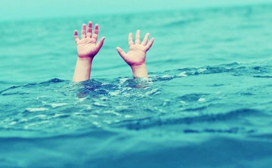 18 học sinh rủ nhau tắm biển, 3 em mất tích