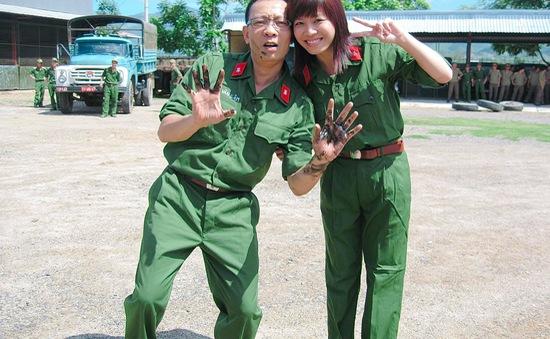 MC Hoàng Linh khoe ảnh cùng nhà báo Lại Văn Sâm cách đây 15 năm