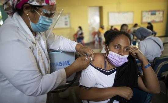 Venezuela đề xuất đổi dầu lấy vaccine ngừa COVID-19