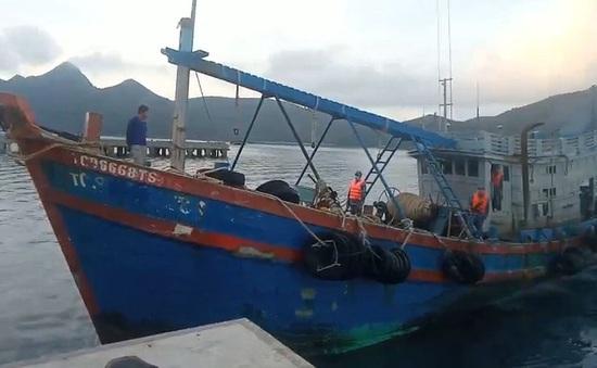 Bắt giữ tàu cá chở 20.000 lít dầu không rõ nguồn gốc