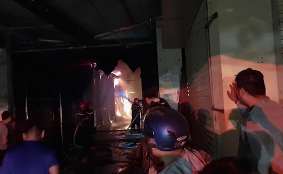 Cháy lớn thiệu rụi hàng chục ki-ốt trong chợ ở Điện Biên