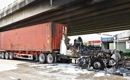 Xe container bốc cháy ngay cầu Phú Mỹ