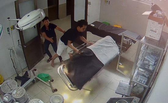 Vào bệnh viện cấp cứu, bệnh nhân đánh cả bác sĩ và điều dưỡng