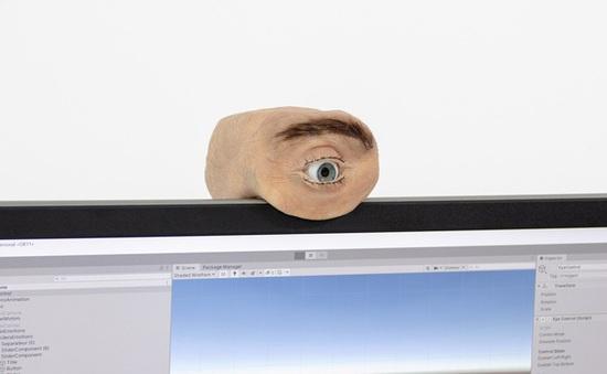 Chiếc webcam kì dị có thiết kế giống mắt người, biết chớp mắt, liếc nhìn