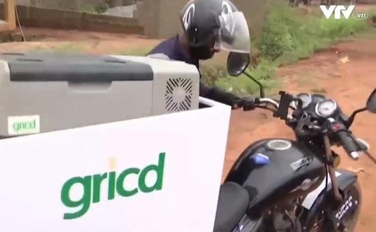 Vận chuyển mẫu máu, vaccine bằng… xe máy ở Nigeria
