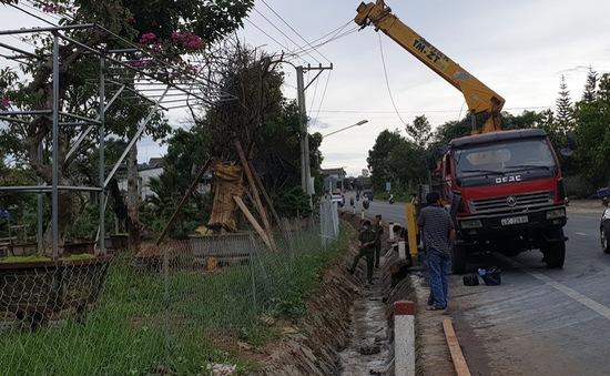 Xe cẩu cây xanh vướng dây điện, 2 người trong ca-bin bị bỏng nặng