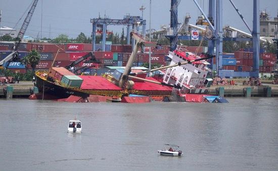 Tàu hàng Mông Cổ bị nghiêng, 18 container rơi xuống sông