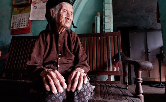 Bà cụ 96 tuổi neo đơn nuôi cháu bị bệnh tâm thần