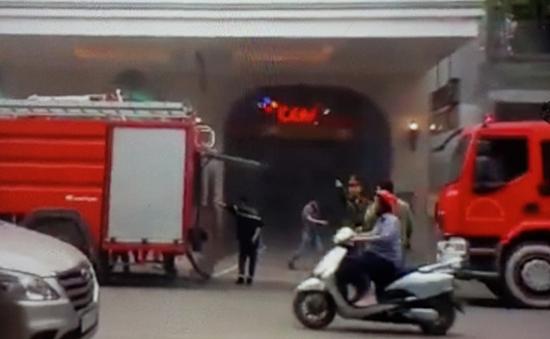 Xe ô tô bốc cháy dưới tầng hầm Tràng Tiền Plaza