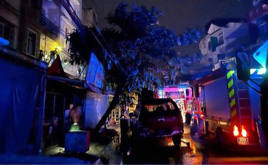 Lại thêm vụ cháy nhà dân trong đêm, 4 người mắc kẹt