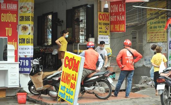 Hà Nội: Hàng quán dừng bán tại chỗ, lượng shipper tăng vọt