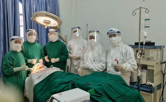 Cử chuyên gia vào khu cách ly phẫu thuật cho bệnh nhân chấn thương phức tạp vùng hàm mặt