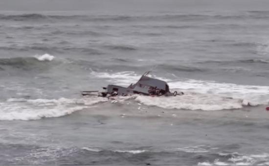 Tàu bị lật ở ngoài khơi San Diego (Mỹ), 3 người thiệt mạng, hàng chục người bị thương