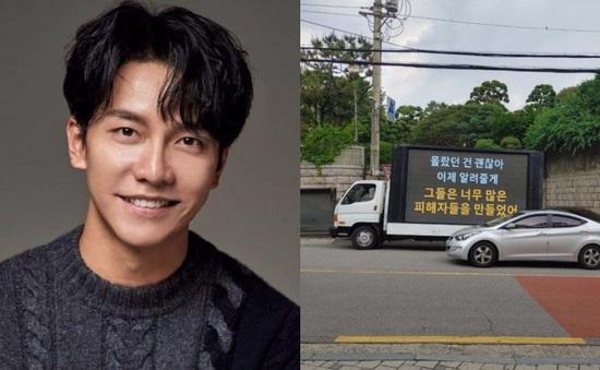 Lee Seung Gi bị fan treo băng rôn tận nhà phản đối hẹn hò Lee Da In
