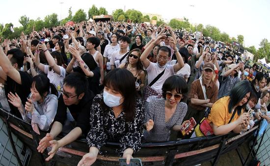 Hàng nghìn người không đeo khẩu trang tham dự nhạc hội ở Vũ Hán