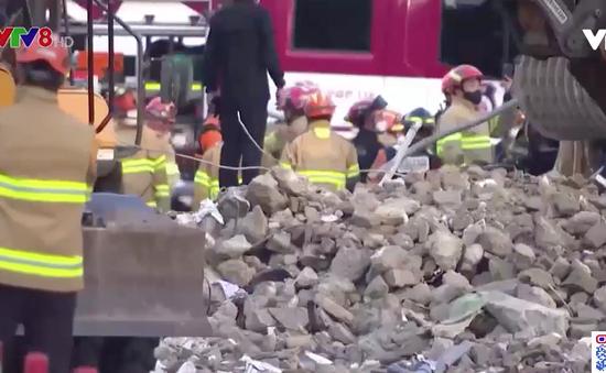 Hàng chục người thương vong khi tòa nhà 5 tầng đổ sập lên xe buýt