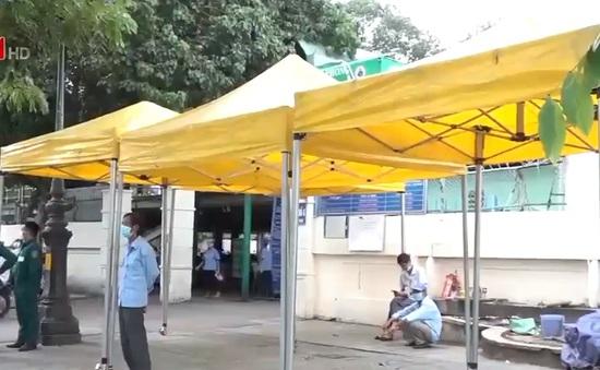 Nguy cơ dịch bệnh xâm nhập vào bệnh viện từ hàng quán trước cổng