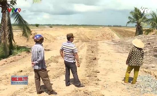 Bức xúc vì xe chở đất của nhà máy gạch gây ô nhiễm