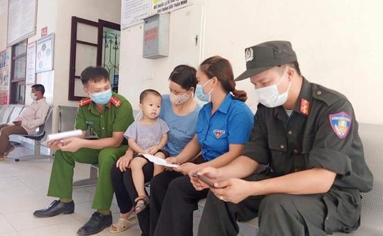 Cảnh sát cơ động hiến máu cứu bé 2 tuổi ngay trong khu phong tỏa ở Bắc Giang