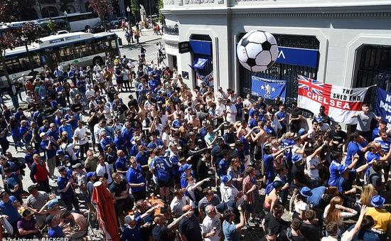 CĐV Chelsea và Man City phải cách ly tại nhà sau khi trở về từ trận chung kết Champions League