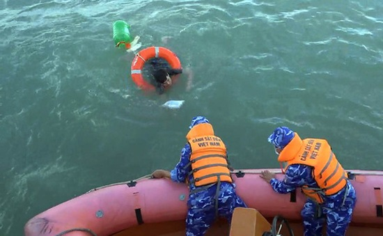 Tàu Cảnh sát biển 2011 cứu ngư dân trôi dạt trên biển