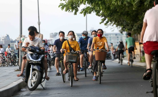 Người dân vẫn tụ tập, đạp xe ở Hồ Tây