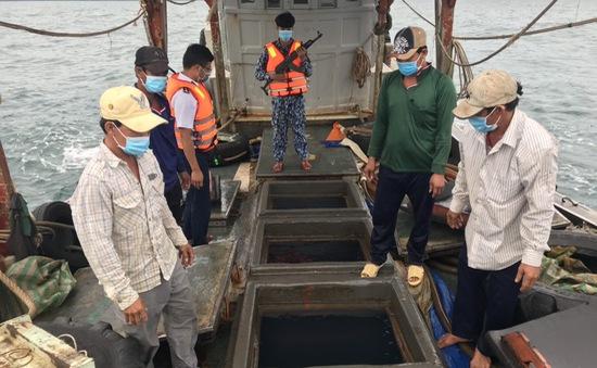 Bắt giữ tàu chở 50.000 lít dầu trái phép trên biển