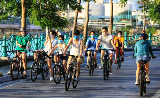 Phớt lờ lệnh cấm, người dân Thủ đô vẫn vô tư đạp xe, tập thể dục như không hề có dịch