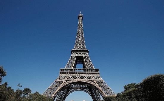 Tháp Eiffel đón du khách trở lại sau thời gian dài đóng cửa