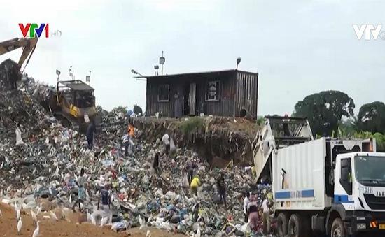 Những đứa trẻ kiếm ăn trên bãi rác