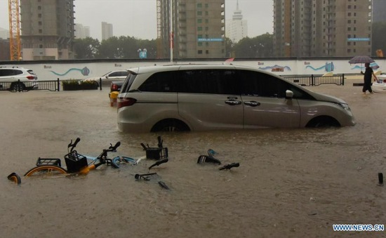 """Mưa lớn """"nhấn chìm"""" tỉnh Hà Nam, Trung Quốc nâng mức cảnh báo lũ lụt"""