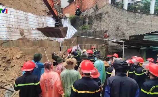Lở đất vùi lấp 4 công nhân ngủ trong lán trại tại TP Hạ Long