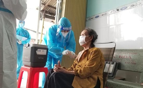 Đi từng ngõ, gõ từng nhà tiêm vaccine COVID-19 cho người cao tuổi