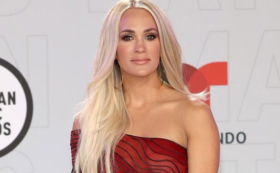 """Carrie Underwood bị chỉ trích vì """"thả tim"""" bài viết phản đối việc học sinh đeo khẩu trang đến lớp"""