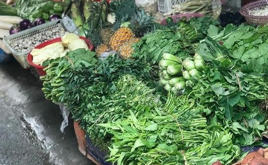 Cầm cự trong mùa COVID-19: Quán phở, shop quần áo chuyển sang bán rau