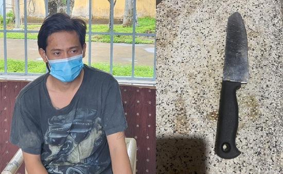 Dùng dao chém công an khi bị phát hiện trèo rào vào nhà bạn gái