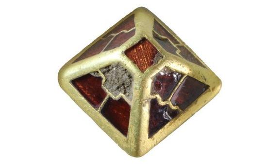 """Phát hiện """"kim tự tháp"""" bằng vàng hơn 1.400 năm tuổi tại Anh"""