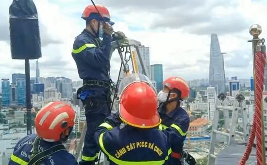 Cảnh sát PCCC treo mình 80m trên cao để gia cố hộp đèn 200 kg sắp rơi