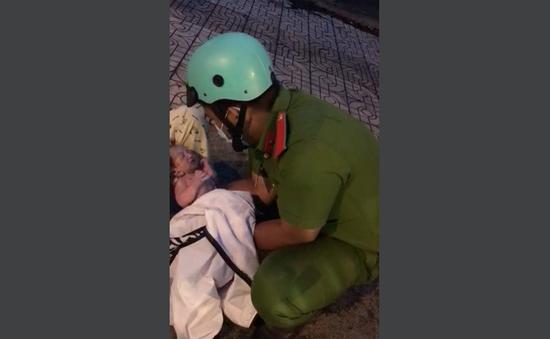 Chiến sĩ công an trực chốt hỗ trợ sản phụ sinh con bên lề đường