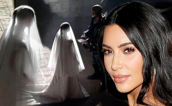 Kim Kardashian mặc váy cưới tới sự kiện của chồng cũ
