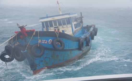 Cảnh sát biển đưa 18 ngư dân trên 2 tàu cá bị nạn do cơn bão số 5 về bờ an toàn