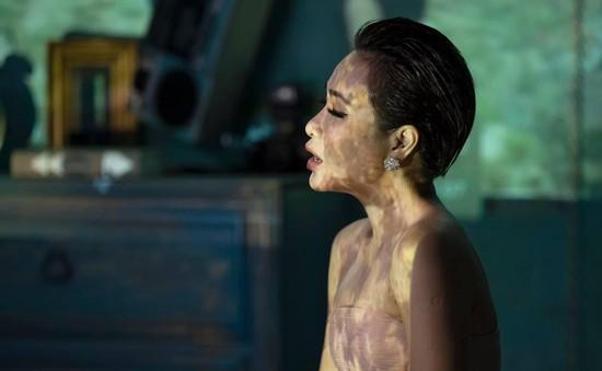 """Uyên Linh mặc """"áo mới"""" cho bản hit đình đám Khi giấc mơ về của Phương Thanh"""
