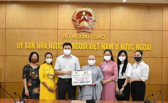 Cộng đồng người Việt ủng hộ hơn 800 triệu đồng cho công tác phòng chống COVID-19 trong nước