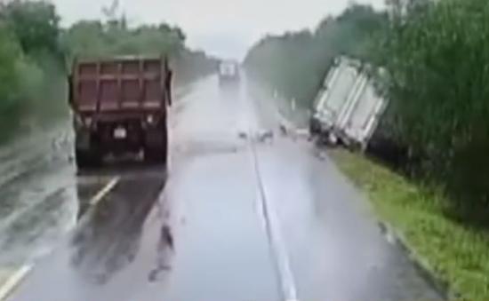 Xe tải vượt ẩu gây tai nạn cho 2 xe khác rồi bỏ chạy