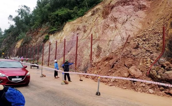 Mưa lớn gây sạt lở nhiều tuyến đường ở Nghệ An, Hà Tĩnh