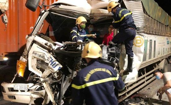 Giải cứu tài xế mắc kẹt trong cabin xe tải sau tai nạn giao thông