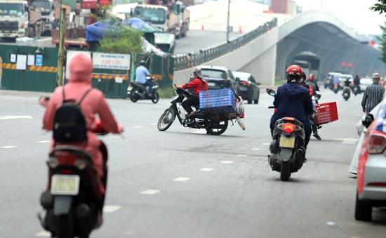 Hà Nội: Người dân đi ngược chiều lên cầu Vĩnh Tuy né chốt kiểm soát 'vùng đỏ'
