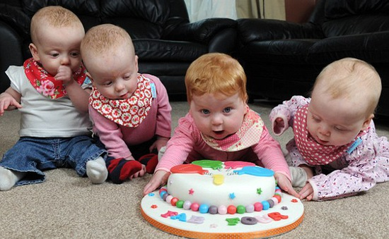 Các bé gái sinh 4 hi hữu đón sinh nhật 1 tuổi