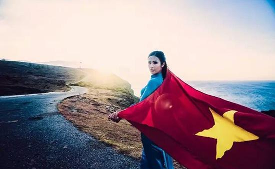 HH Ngọc Hân mặc áo dài hòa bình trên đảo Lý Sơn