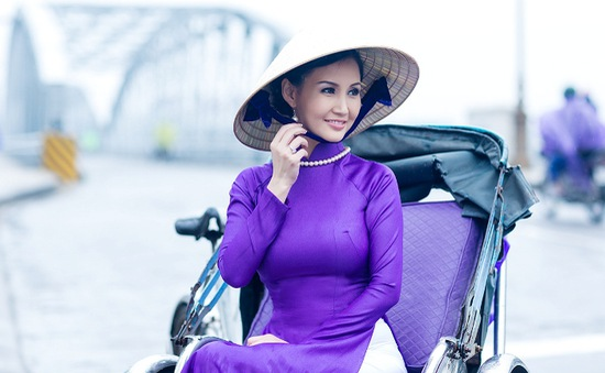 Hoa hậu quý bà châu Á tại Mỹ đằm thắm bên cầu Tràng Tiền xứ Huế